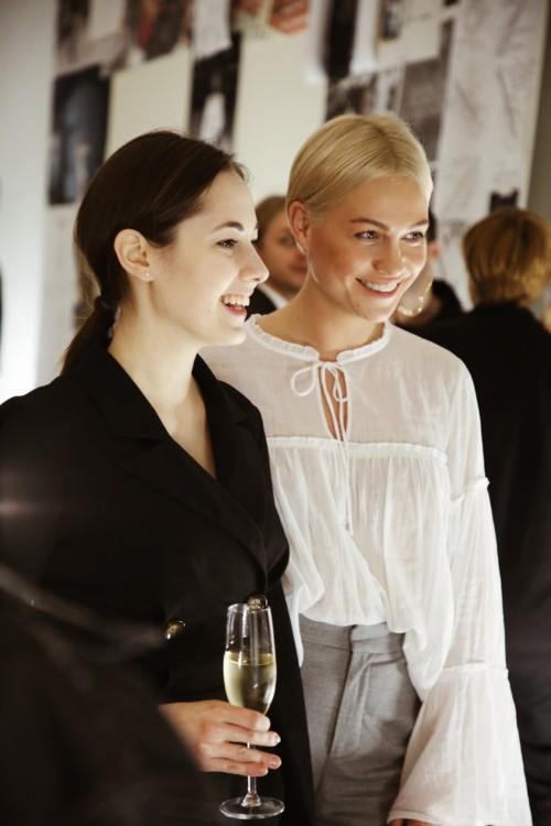 Анна Лукашевич (справа)