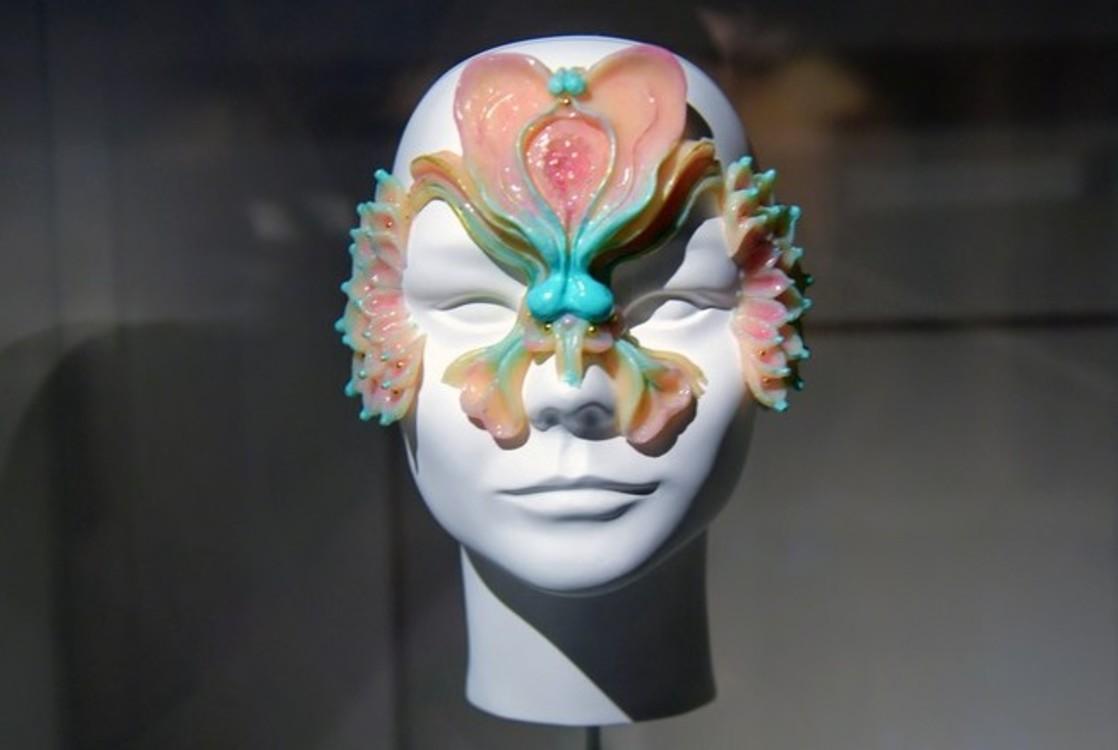 Маска Джеймса Меррі для відео Björk The Gate