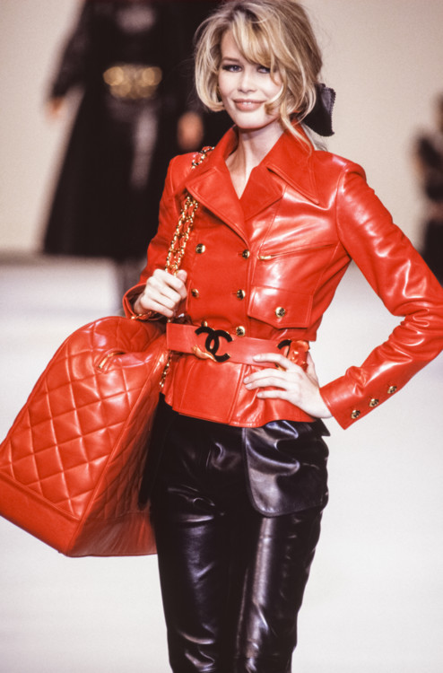 Клаудия Шиффер во время показа Chanel осень-зима 1992/1993