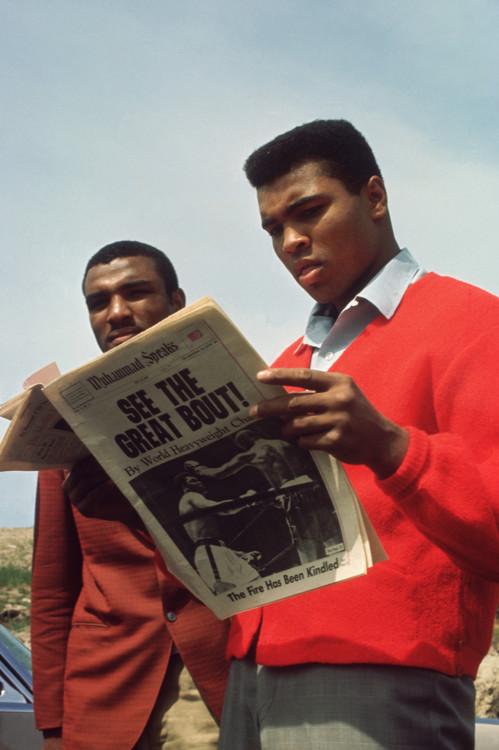 Мухаммед Али читает о своем боксерском поединке в газете, 1960-е