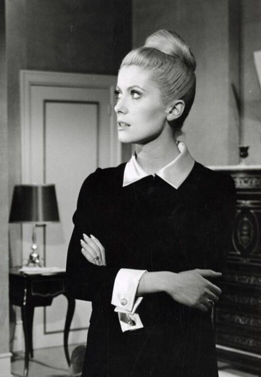 Катрин Денев в платье Yves Saint Laurent в фильме Луиса Бунюэля «Дневная красавица», 1967