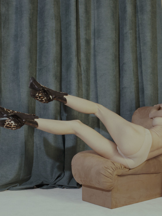 Ботинки из кожи и шерсти пони, Louis Vuitton; трусы, FALKE