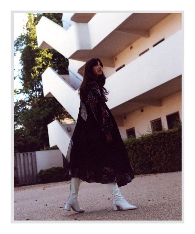 Платье Balenciaga, сапоги Kalda, серьги - собственность стилиста