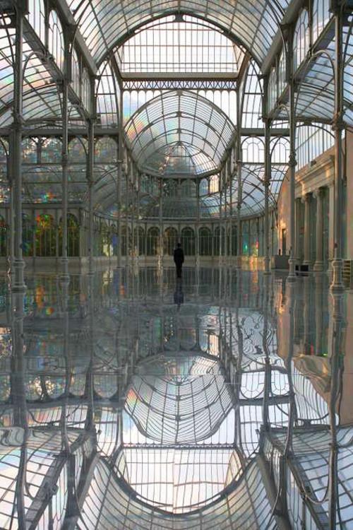 Кимсуджи, вид на инсталляцию в Хрустальном дворце центрального парка Буэн Ретро