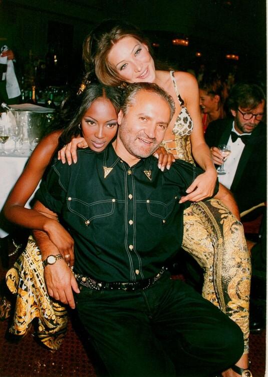 Карла Бруни и Наоми Кэмпбелл вместе с Джанни Версаче на гала-концерте Save the Rain Forest в Лондоне в марте 1992 года