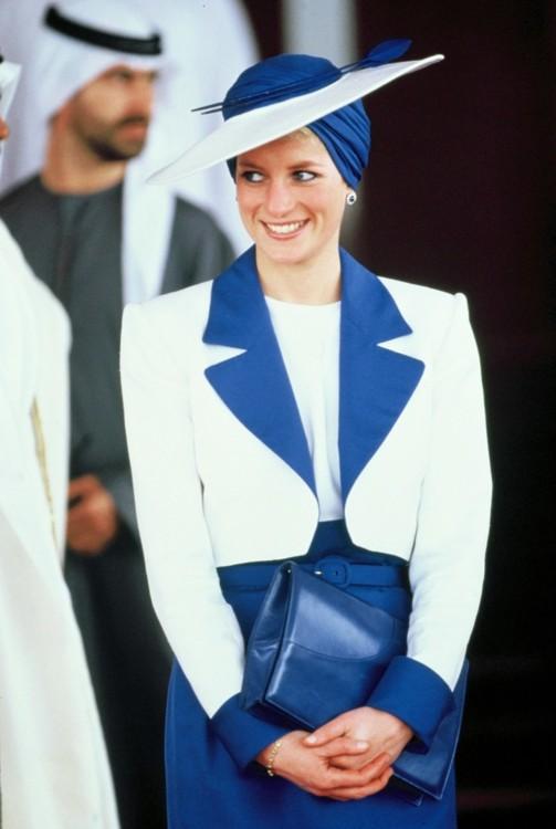 Принцесса Диана в костюме Catherine Walker и тюрбане Philip Somerville