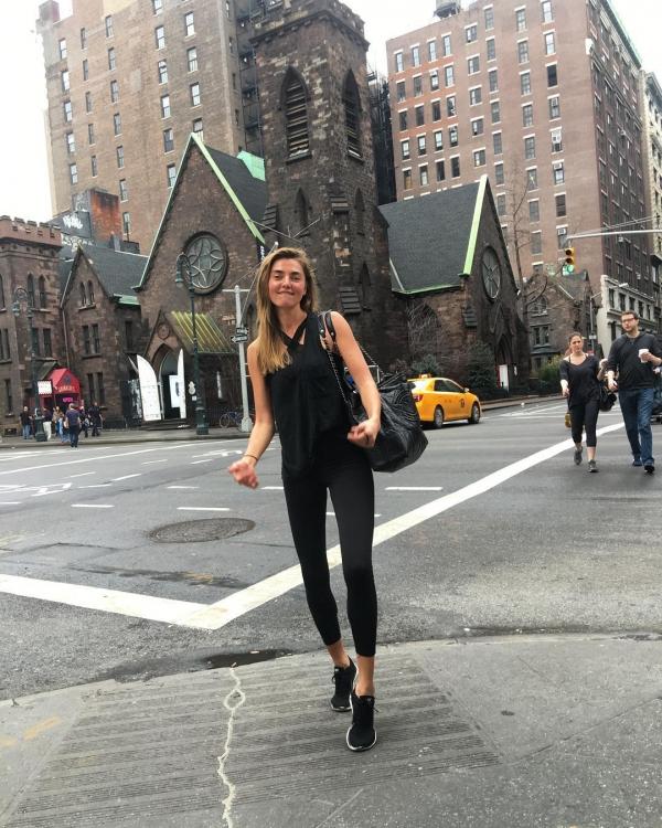 """Алина Байкова не прекращает заниматься спортом даже в праздничные дни. По пути с тренировки Байкова сообщает: """"В Нью-Йорк вернулось лето?"""""""
