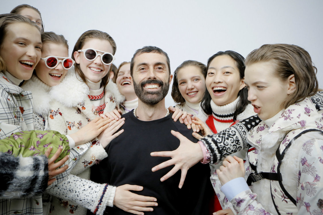 Джамбаттиста Валли и модели перед показом Moncler Gamme Rouge