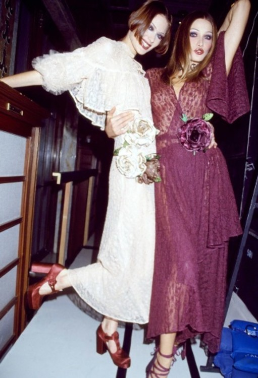 Шалом Харлоу и Карла Бруни на бэкстейдже показа  Anna Sui
