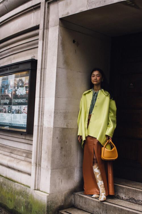 С чем носить кожаную юбку этой осенью стритстайл фото идеи фото