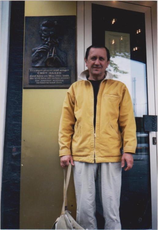 Жук около созданной им мемориальной доски Чету Бейкера, 1999