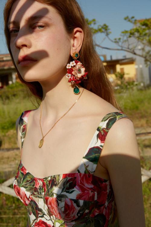 Хлопковое платье, серьги, желтое золото, эмаль, кристаллы, подвеска, желтое золото, эмаль, кристаллы, все – Dolce & Gabbana