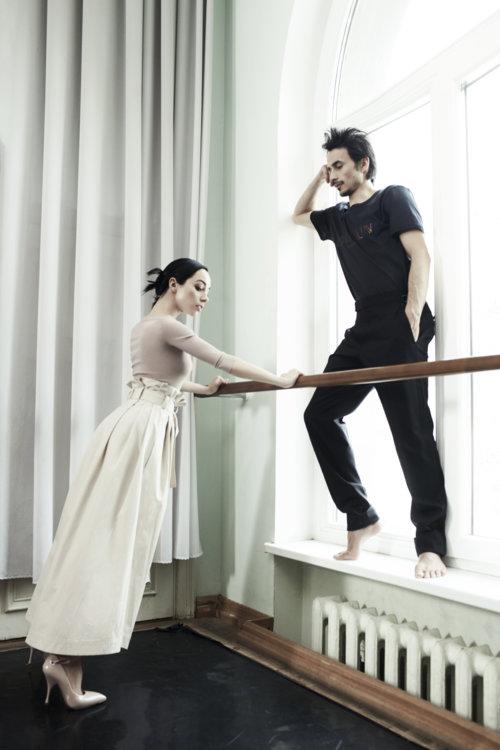 На Екатерине: брюки Fendi, боди Azzedine Alaia, обувь Miu Miu. На Александре: футболка Balmain, брюки Tom Ford