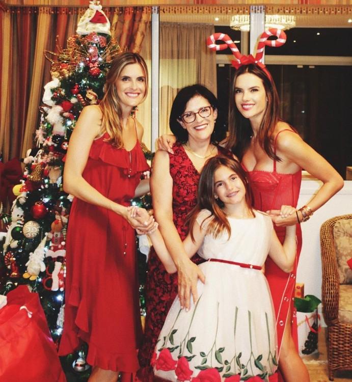 Алессандра Амбросио с мамой, дочерью и сестрой