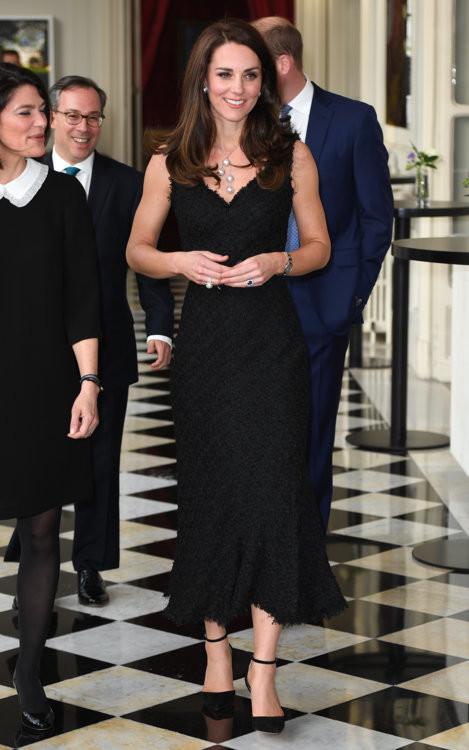 Герцогиня Кембриджская в Alexander McQueen на приеме в британском посольстве в Париже