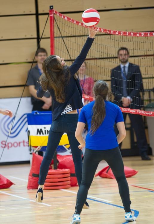 Кейт Миддлтон во время игры в волейбол