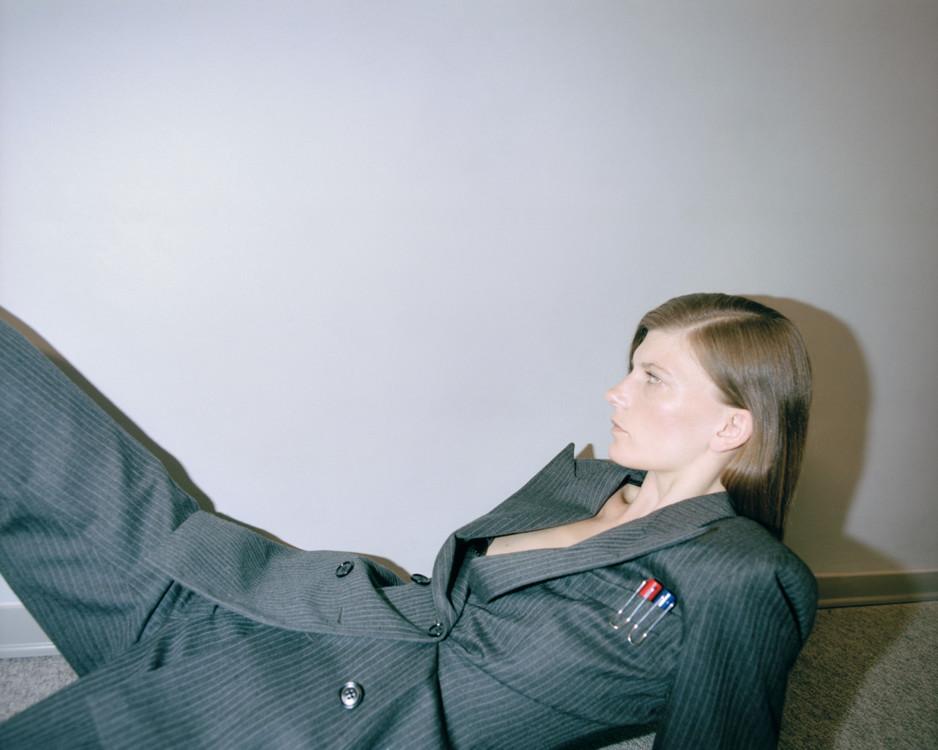 Блейзер из полиэстера и шерсти, брюки из полиэстера и шерсти, все – Dries Van Noten