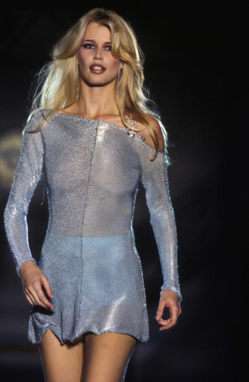 Клаудия Шиффер во время показа Gianni Versace Haute Couture осень-зима 1994/1995