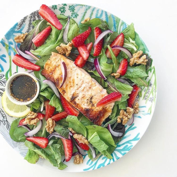 Листя салату, полуниця, горіхи, лосось-гриль, червона цибуля, сік лимона, гірчиця, бальзамічний оцет @melissazino