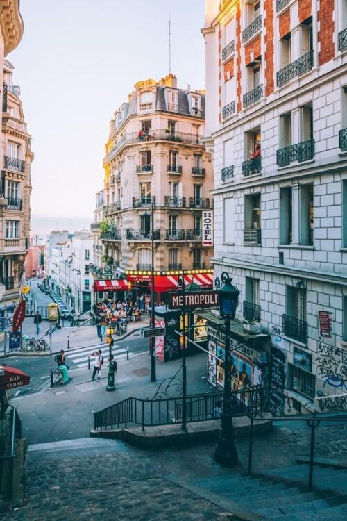 Станция метро Lamarck-Caulaincourt одна из самых красивых снаружи в Париже. Мало того, что здесь красиво, так сразу возле выхода еще и находится хорошее бистро.