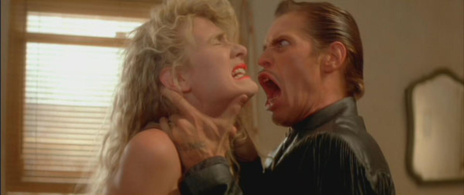 Лора Дерн і Віллем Дефо у фільмі «Дикі серцем», 1990