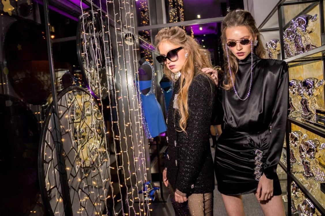 Одежда и аксессуары: Alessandra Rich, Aphero, Linda Farrow