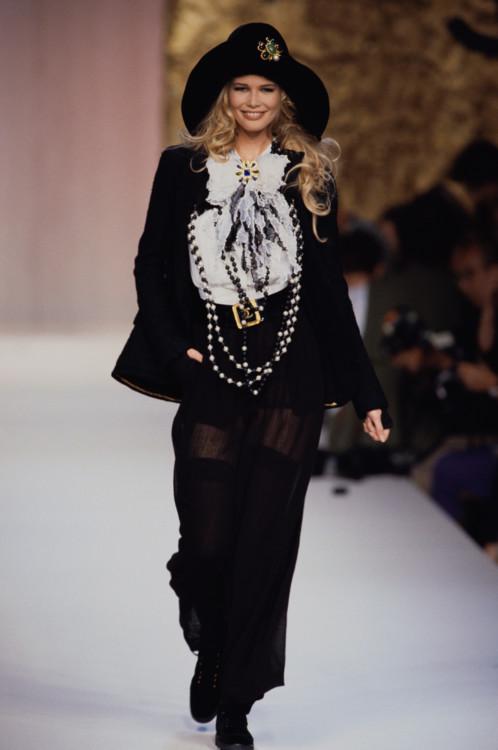 Клаудия Шиффер во время показа Chanel Haute Couture осень-зима 1991/1992