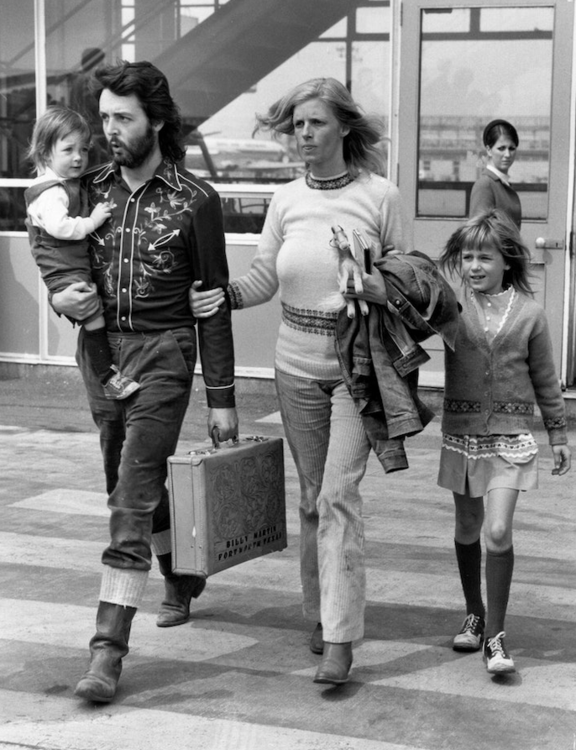 Пол Маккартни, его жена Линда и их дочери Мэри и Хизер в аэропорту Лондона, май 1971 года