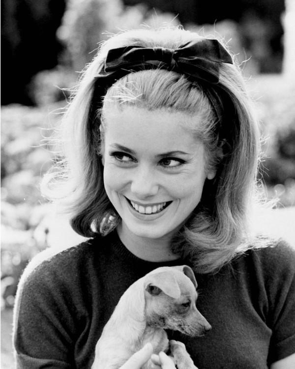 Катрин Денев со своей собакой, 1962 год