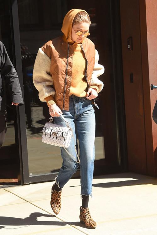 Джиджи Хадид в бомбере MajeхSchott и с сумкой Valentino