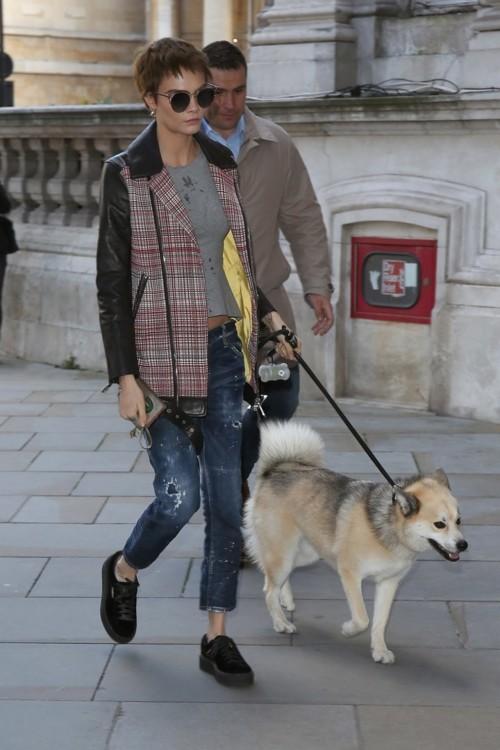 Кара Делевинь со своей собакой Лео в Лондоне в октябре 2017 года