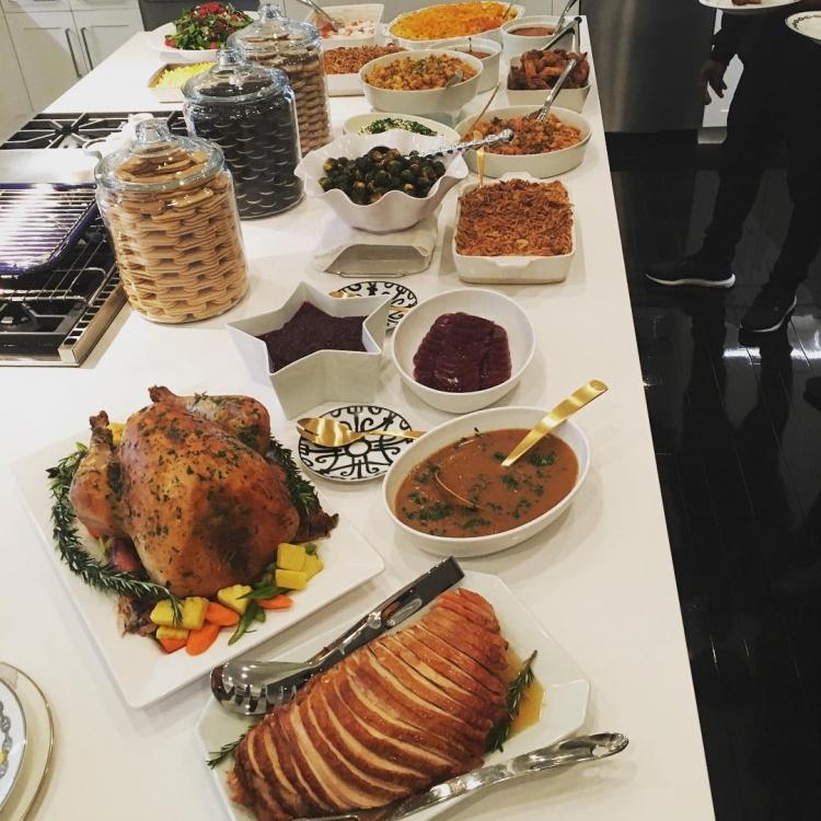 Праздничный стол, накрытый для всей семьи Дженнер-Кардашьян