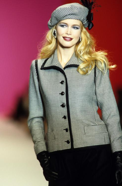 Клаудия Шиффер во время показа Yves Saint Laurent осень-зима 1997/1998