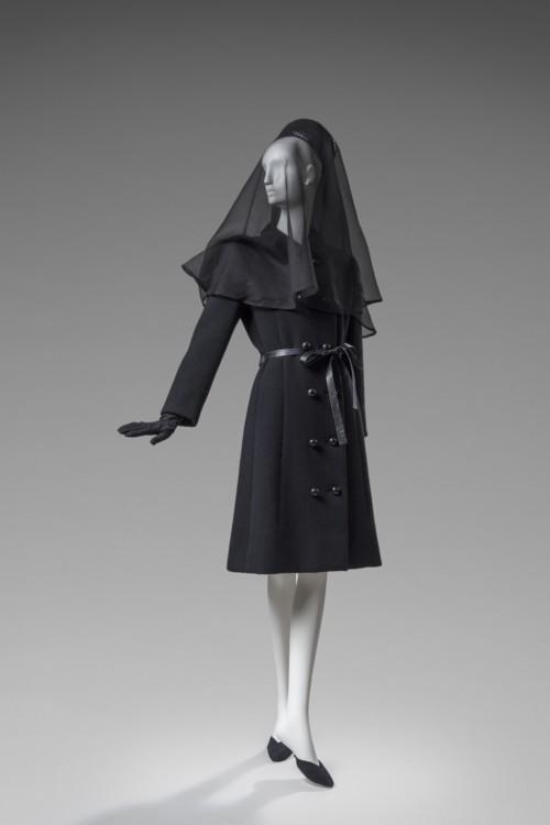 Пальто из шерсти, которое надевала герцогиня Виндзорская на похороны герцог Виндзорского, 1972