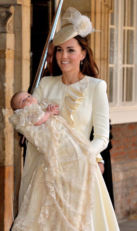 Герцогиня Кэтрин в Alexander McQueen на кретинах принца Джорджа