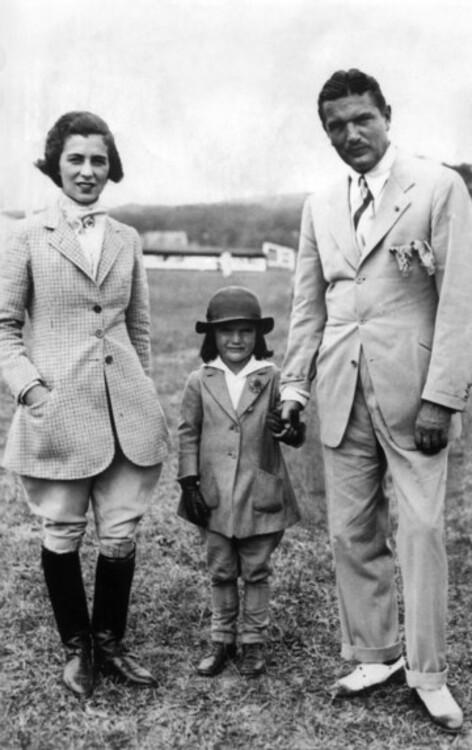 Джеки Кеннеди с родителями, 1934