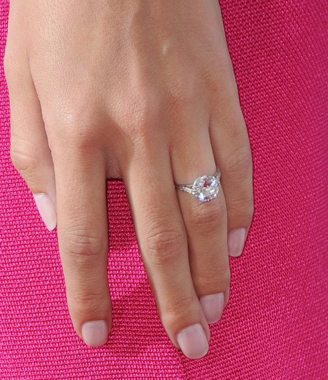Рози Хантингтон-Уайтли носит кольцо из платины Neil Lane с 5-каратным бриллиантом
