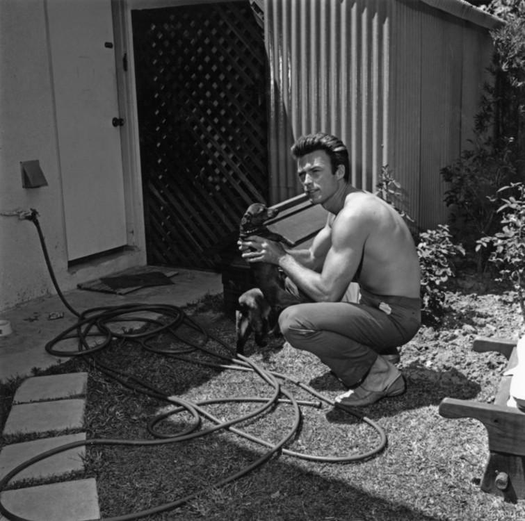 Клинт Иствуд со своей собакой в Лос-Анджелесе, 1960 год