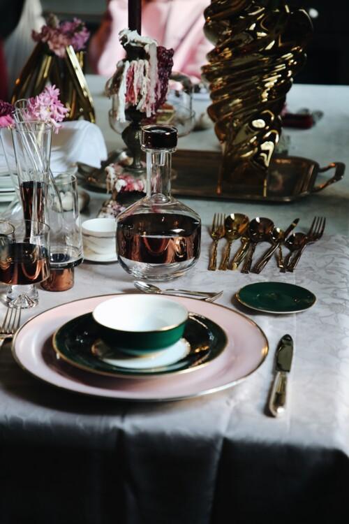 Блюдо з колекції Passion, тарілка з колекції LUSH FOREST, піала з колекції Liberty – все Porcel; графин, келих для шампанського, склянка для води, келих для віскі – все з колекції Tank, Tom Dixon; столове приладдя з колекції H-Art, Sambonet