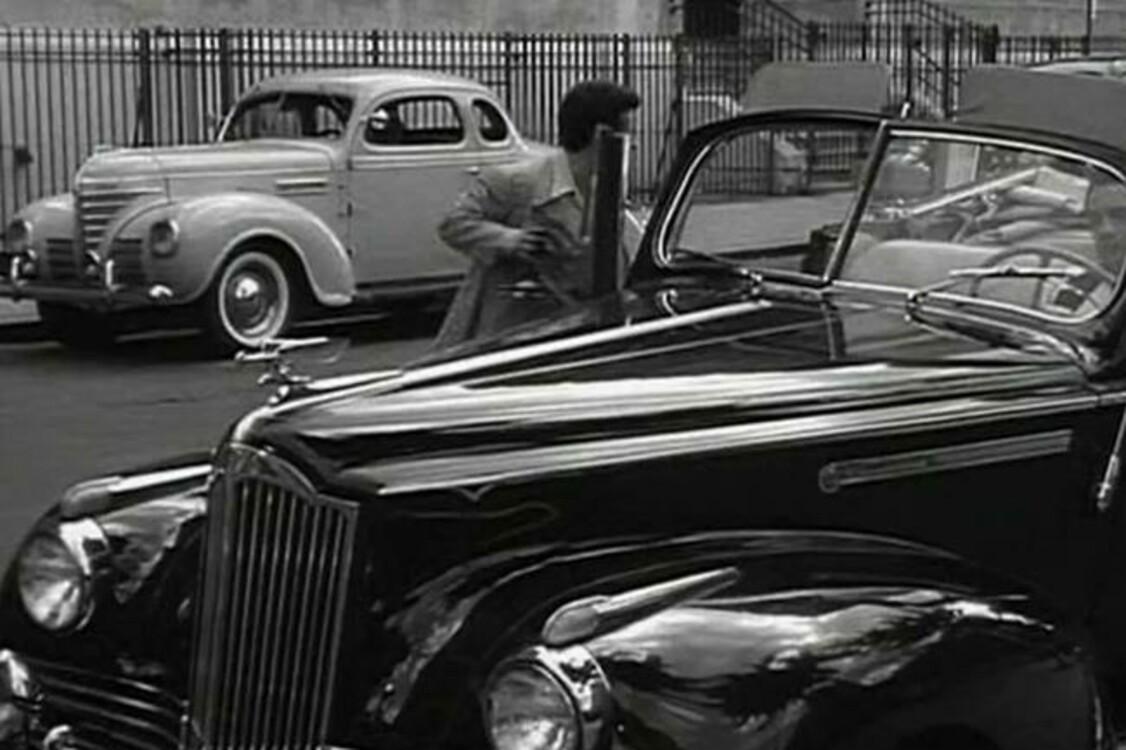 """Packard Six (1942) бордового цвета – автомобиль Джейка ЛаМотта, которого сыграл Роберт Де Ниро в черно-белой биографической спортивной драме """"Бешеный бык"""" (1980). Photo: Paramount Pictures"""