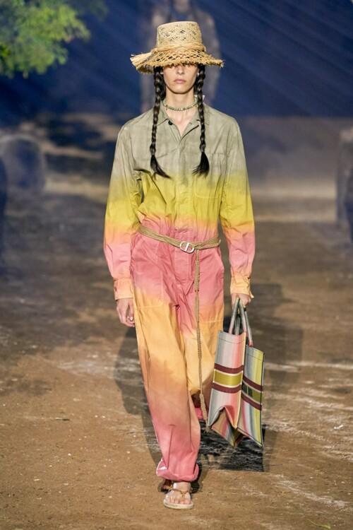 Комбинезон с градиентом и соломенная шляпа Christian Dior