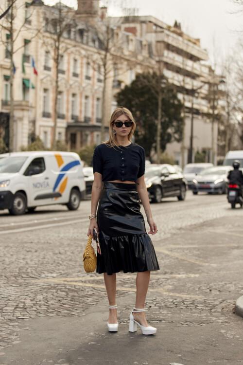 С чем носить кожаную юбку осенью 2020 стритстайл фото идеи фото