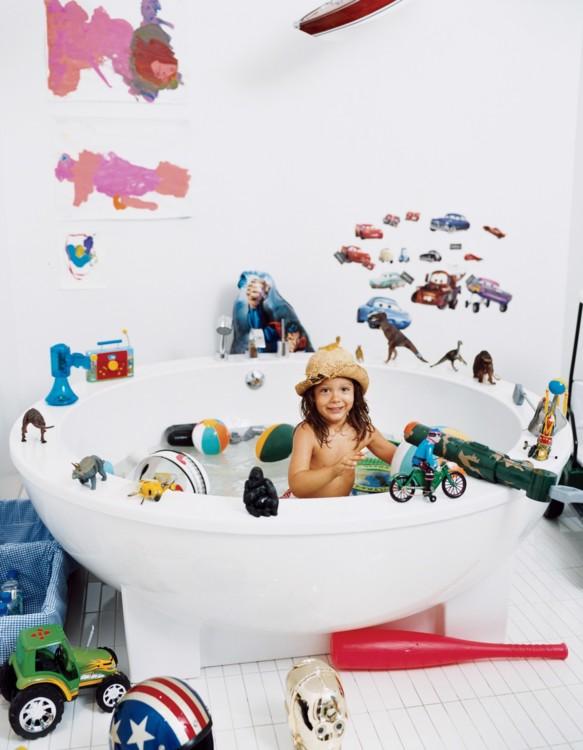 Сын Люка и Джули Янклоу Аугуст в круглой ванне в их доме в Гринвич-Виллидж.  Фото: Норман Джин Рой, Vogue, 2007