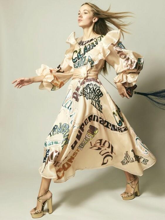 Платье Zimmermann, сумка Judith Leiber, босоножки Aquazurra