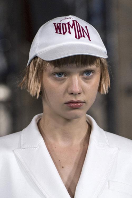 Модель Кэти Мур на показе Off-White