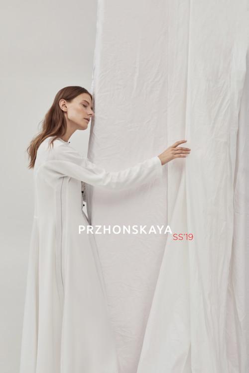 Елена Пржонская в коллекции весна-лето 2019 делает акцент на двухсторонних вещах и белом цвете