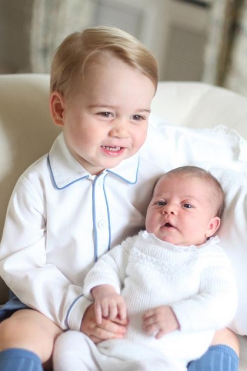 Первый официальный портрет сестры принца Георга, на котором он держит ее на руках. Снимок сделан герцогиней Кембриджской