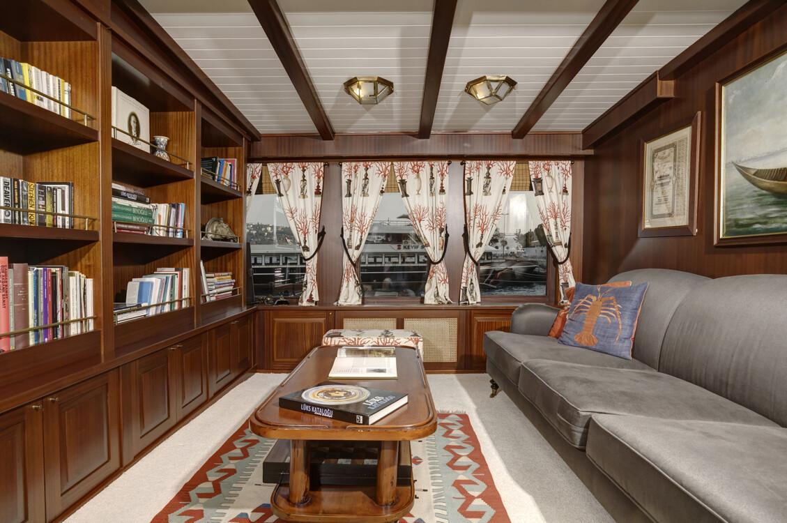 Библиотека на круизной ретро-яхте Halas 71.