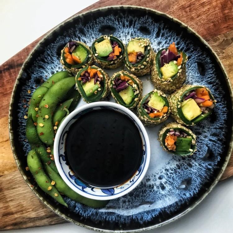 Огуречные роллы с авокадо, морковью и капустой @beyondthemeat