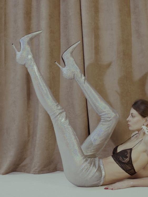 Бра из шелка и кружева, Saint Laurent by Anthony Vaccarello; серьга, пластик, Mulberry; сапоги-чулки из полиэстера, Balenciaga